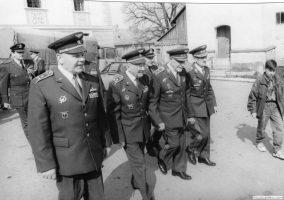 Plukovník Milan Malý (v popředí)